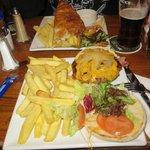 Cod'n'Chips (addentato prima che mi ricordassi di fare la foto) e hamburger