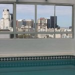 piscina com vista da cidade