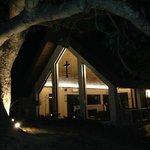 夜晚時分燈光照明很有設計感