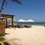 пляж и тут же ресторан отеля :)
