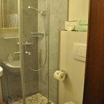 Bad - Zimmer 105 - recht klein, aber sehr schön und renoviert