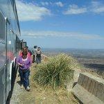 noemi bajando del micro para sacar fotos antes de llegar al cerro champaqui el mas altode cordob