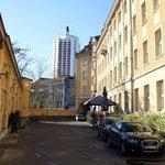 Innenhof mit Parkplatz und Terrasse
