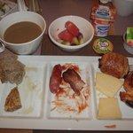 朝食のビュッフェも美味しかった(食べている途中でごめんなさい)