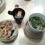 Dumplings de canard grillés, soupe miso, thé au jasmin