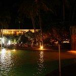 Abendessen festlich eingedeckt am Pool