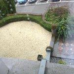 vue de la fenêtre de la chambre N°1 en baissant les yeux
