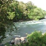 Río Trancura a la orilla de la propiedad