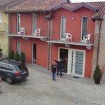 le 2 camere sopra con 1 balcone verso cortile e 1 sulle langhe