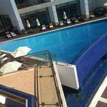 Vista de la piscina desde la terraza del habitación