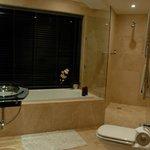 Das Badezimmer mit Panoramafenster