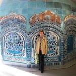 Самый большой экспонат коллекции - это керамический купол из Пакистана, датированный 1680 годом.