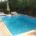 La piscina común a todas las habitaciones