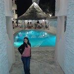 Vista entrando al hotel de la piscina y al fondo el rastaurante