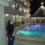 Vista entrando al hotel, de las habitaciones y la piscina. En el fondo, el restaurante