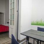 Habitación con terraza y mesas