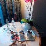 Café fait en chambre grâce à la bouilloire mise à disposition et des dosettes de café