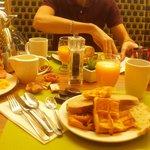 Premières assiettes du buffet de petit déjeuner à volonté