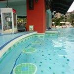 Med pool swim up bar