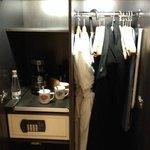 intérieur du garde robe avec coffret de sureté ect