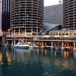 El hotel desde el río chicago
