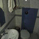 """Il soffione doccia é nella parete di fronte il lavandino, la porta d'ingresso é a """"filo"""" lavandi"""