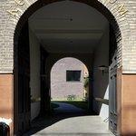 Kunstmuseet gennem porten fra Storgade