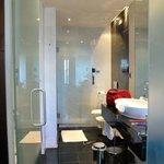 ruime badkamer met bad én douche