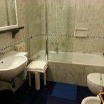 Banheiro com banheira e aquecedor