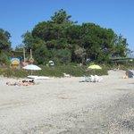 La spiaggia con l'insegna del residence