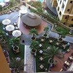 De bar en zwembad op het 1e verdiep van het Amwaj Rotana Jumeirah Beach Dubai