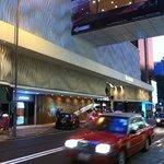 Façade de l'hôtel qui change régulièrement de couleur grâce à des LED