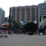 foto desde la playa frente al hotel.