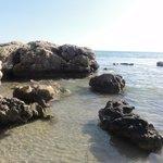 quelques rochers  pour contempler la clarté de l'eau