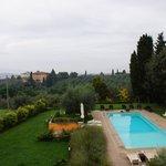 Blick von der Veranda über den Pool auf Florenz