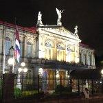 Teatro Nacional de Costa Rica diagonal al Hotel