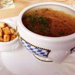 Bierzwiebelsuppe mit gerösten Knoblauchcroutons