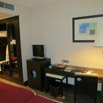 Vista della stanza con lcd, minifrigo e cassetta di sicurezza