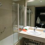 Vista sul bagno con vasca-doccia e cremine