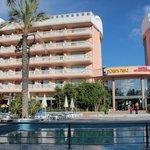 Красивый большой отель с бассейном и детской площадкой