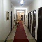 Corredor de acesso aos quartos próximos à entrada