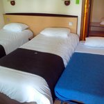Chambre avec lits jumeaux et lit supplémentaire