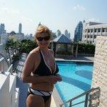 На крыше отеля у бассейна