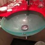 kaputtes Waschbecken (kein kaltes Wasser wegen Sensor und kurzem Wasserstrahl)