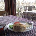 ギョレメを眺めならの朝食