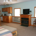 Cummington Cottage has a queensized bed, hot tub, flat screen TV aand a kitchenette.