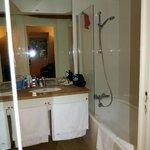 Banheiro, com banheira/chuveiro e ambiente com vaso com porta