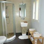 Banheiro excelente, com duas pias e ducha maravilhosa