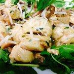 O'straccett: bocconcini di petto di pollo scaloppati ai funghi porcini con rucola e scaglie di g