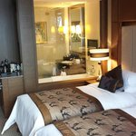 Doppelzimmer mit twin beds. Glasfenster zum Bad mit Rollo zu schließen